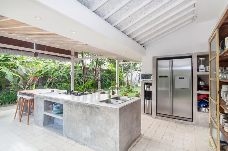 Sala luxuosa da cozinha com espaço aberto fotografia de stock