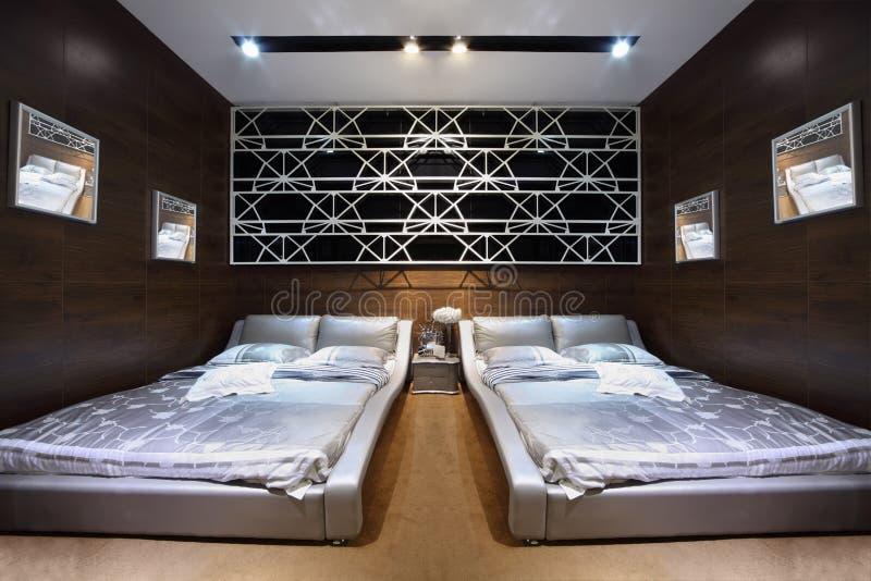 Sala marrom à moda com cama de casal dois imagem de stock