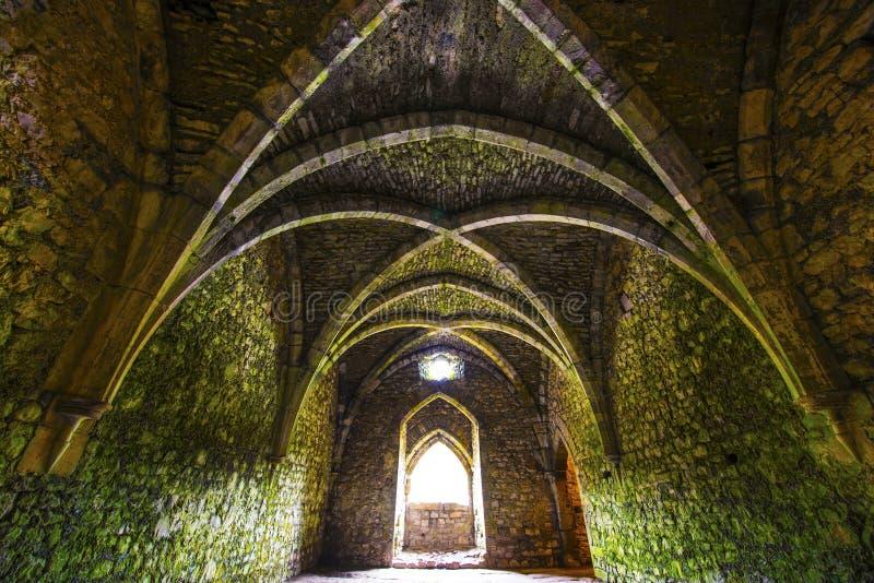 Sala medieval antiga com arcos imagem de stock