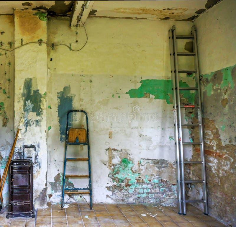 Sala mimada em uma casa feia negligenciada com pintura de lasca no th fotografia de stock