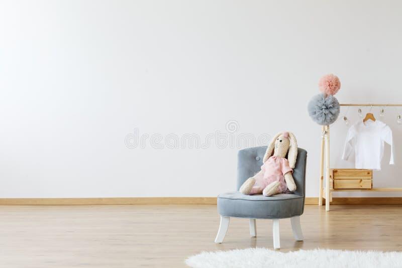 Sala minimalistic moderna do ` s da criança foto de stock royalty free