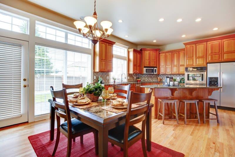 Sala moderna da cozinha com ilha e espaço para refeições imagens de stock