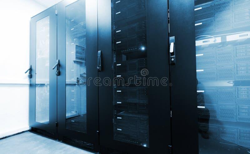 Sala moderna do servidor com os armários pretos do computador