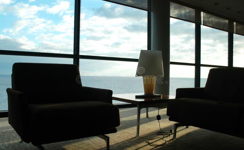 Sala no céu - canto calmo, opinião de céu azul e de água, interior da casa foto de stock