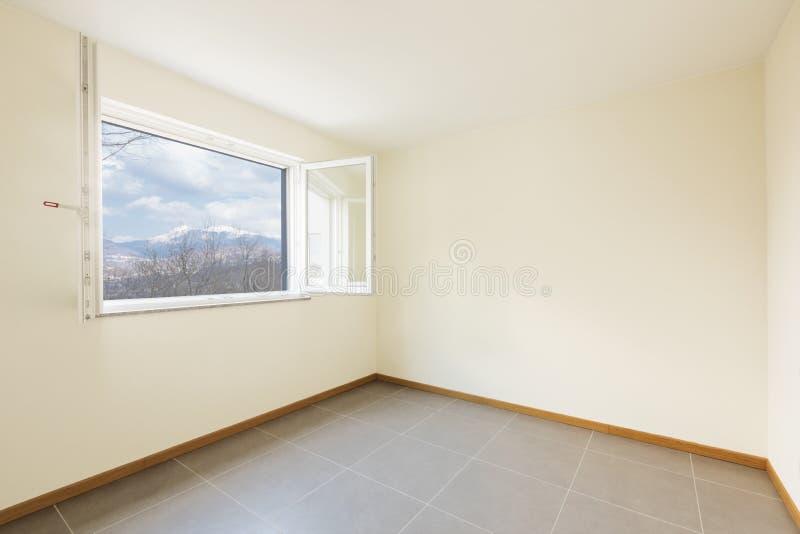 Sala nova, limpa e vazia apenas renovada imagem de stock