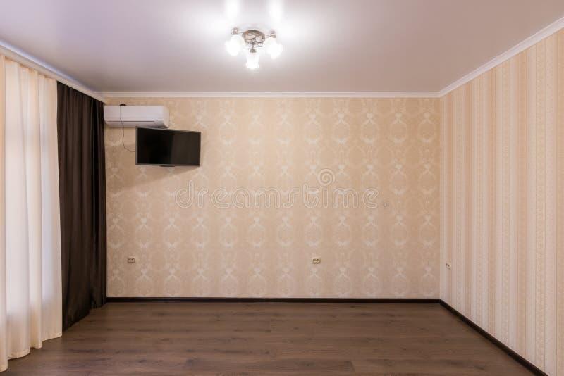 Sala pequena renovada interior na construção nova fotos de stock