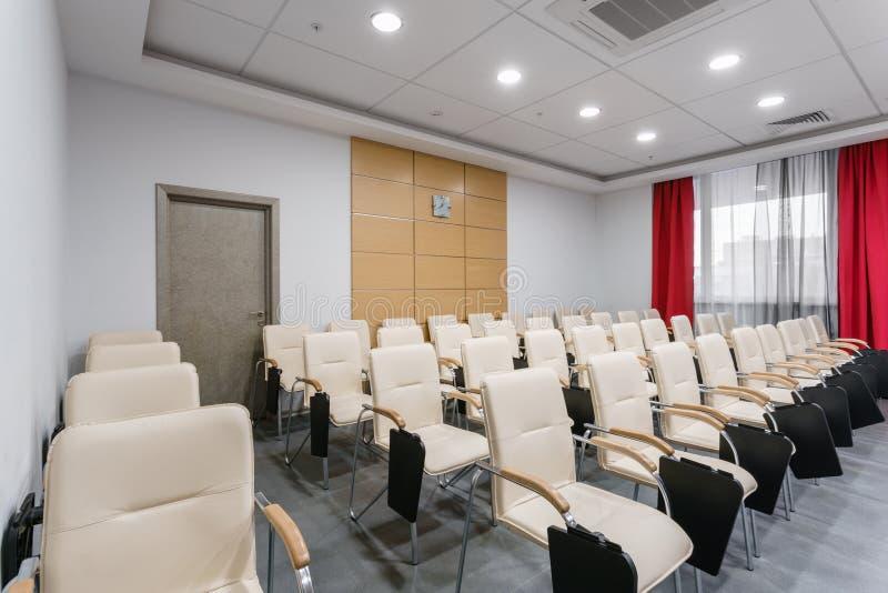 Sala per conferenze moderna vuota in nuovo hotel Stanza per la formazione, istruzione, classi del gruppo, esami Pubblico per gli  fotografie stock