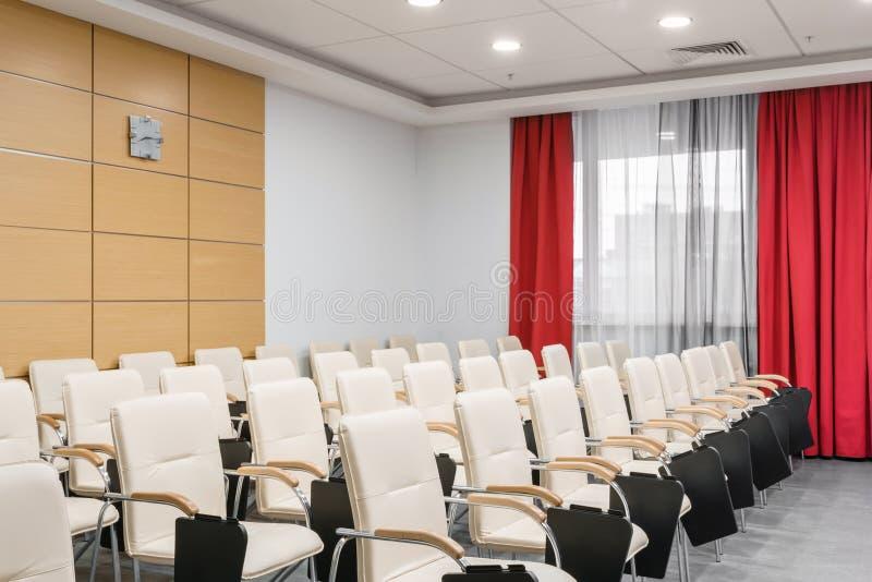 Sala per conferenze moderna vuota in nuovo hotel Stanza per la formazione, istruzione, classi del gruppo, esami Pubblico per gli  fotografie stock libere da diritti