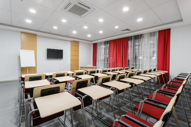 Sala per conferenze moderna vuota in nuovo hotel Stanza per la formazione, istruzione, classi del gruppo, esami Pubblico per gli  fotografia stock
