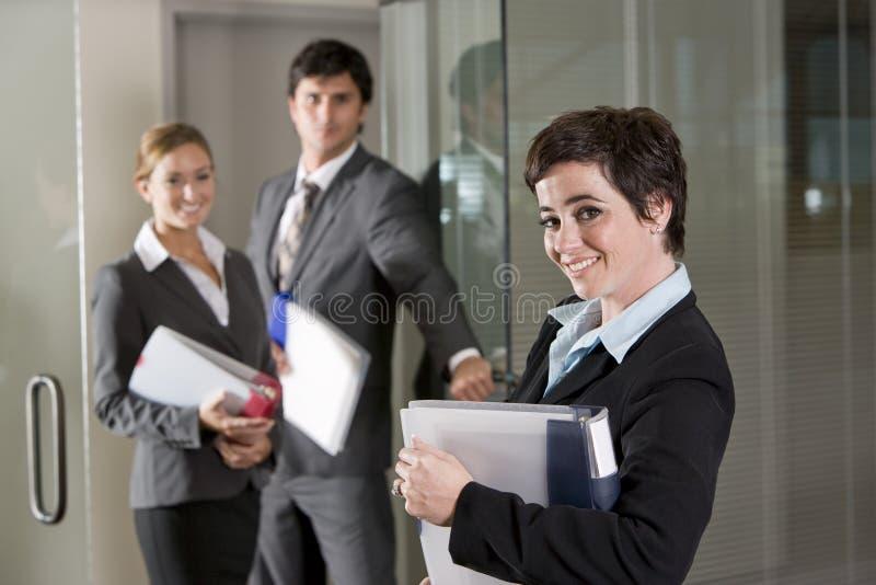 sala posiedzeń drzwiowi biura trzy pracownicy obrazy stock