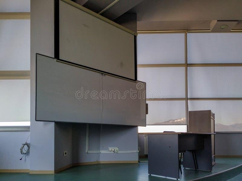 Sala presentazione e lavagna bianca all'università campus scuola superiore o sala conferenze in azienda fotografia stock libera da diritti