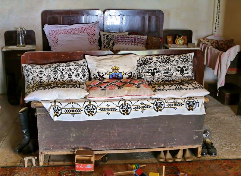 Sala rústica velha em romania foto de stock royalty free