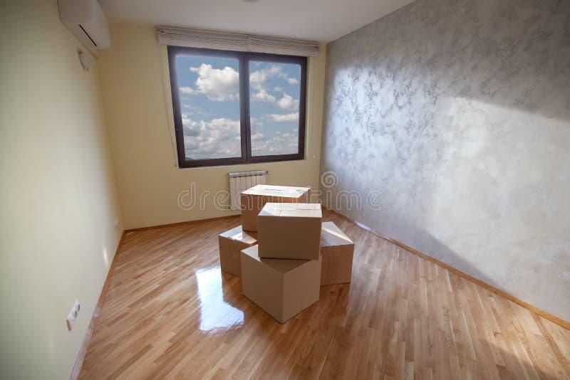 Sala renovada com bagagem de diversas caixas no meio fotografia de stock royalty free