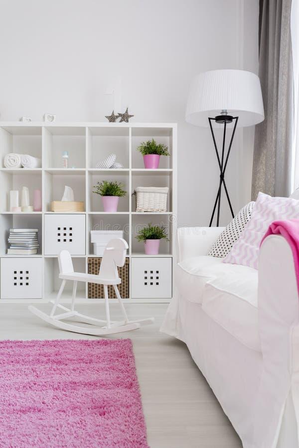A sala repousante da menina no branco e no rosa imagem de stock