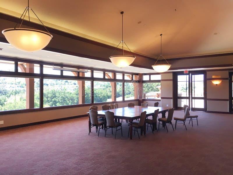 Sala riunioni o di banchetto dentro il circolo al club di racchetta e di Coto de Caza Golf fotografie stock