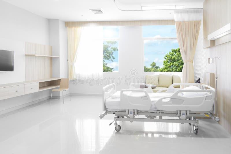 Sala szpitalna z łóżkami i wygodny medycznym wyposażającymi z na zdjęcie royalty free