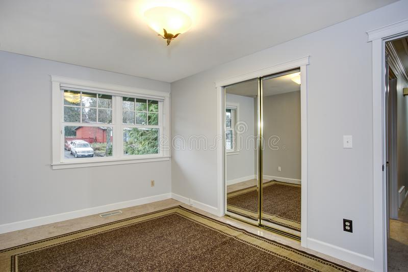 Sala vazia brilhante com as paredes brancas puras fotografia de stock