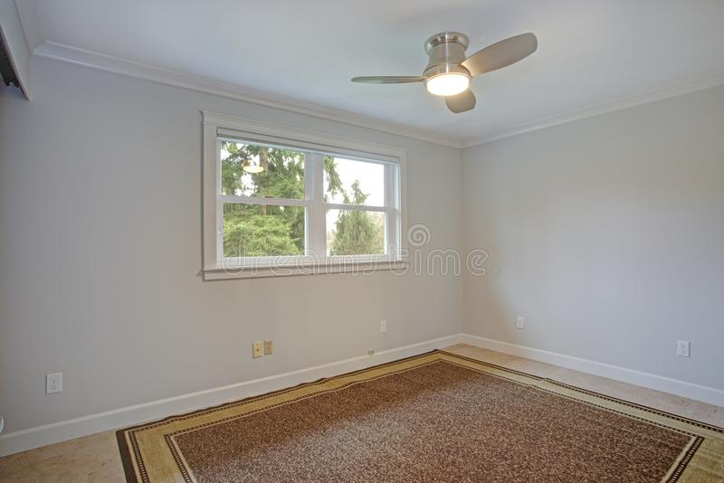 Sala vazia brilhante com as paredes brancas puras imagens de stock