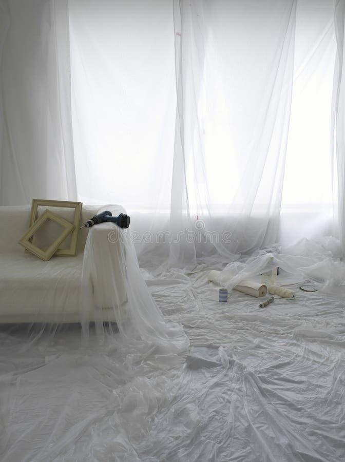 Sala vazia coberta em folhas de poeira foto de stock
