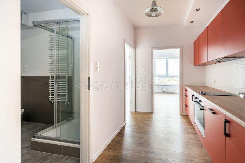 Sala vazia com cozinha doméstica e banheiro imagem de stock