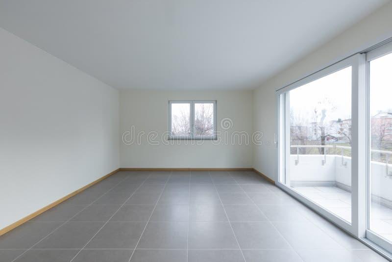 Sala vazia com a grande janela no balcão, espaço vazio imagens de stock
