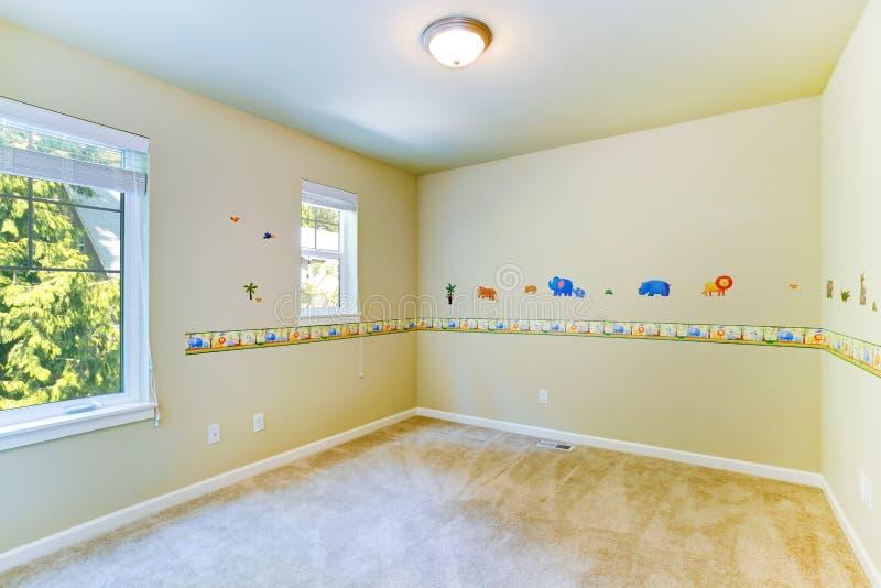 Sala vazia das crian as com paredes pintadas imagem de for Fotos paredes pintadas