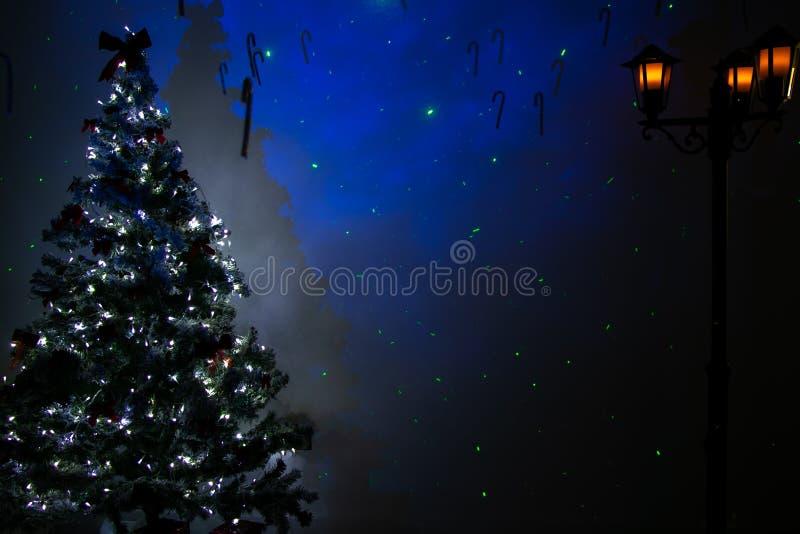 Sala vazia do Natal com árvore festiva, lanterna da rua do vintage das luzes e as estrelas azuis foto de stock