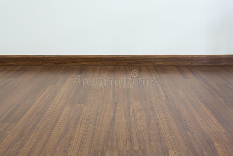 Sala vazia, fundo branco da parede do almofariz e assoalho estratificado da madeira foto de stock