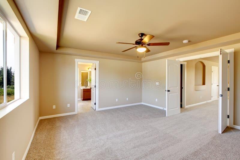 Sala vazia nova com tapete bege. imagem de stock