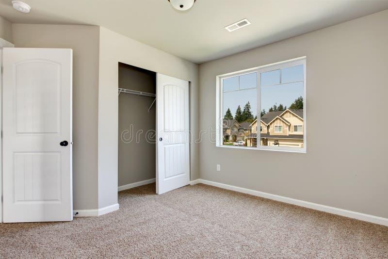 Sala vazia nova com tapete bege. fotos de stock
