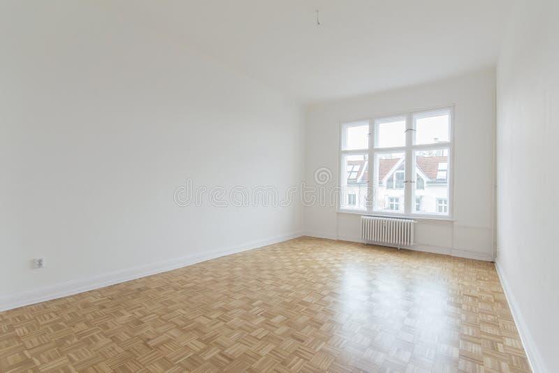 Sala vazia, plano renovado fresco com assoalho de madeira, imagens de stock