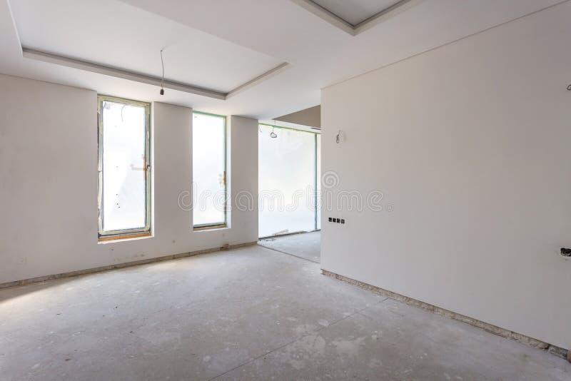 Sala vazia sem reparo interior da parede branca imagem de stock royalty free