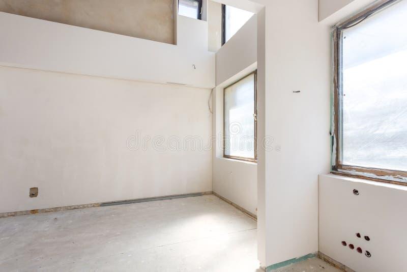 Sala vazia sem reparo interior da parede branca imagens de stock