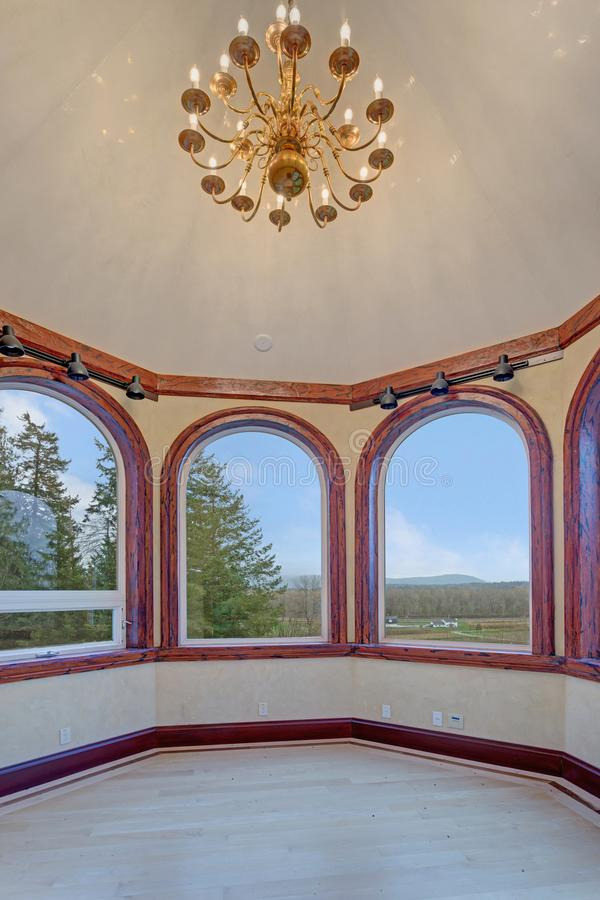 Sala vazia sofisticada com janela de baía foto de stock