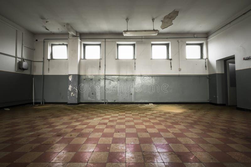 Sala vazia velha, assoalho de telha quadriculado fotos de stock