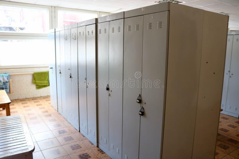 A sala, vestuário para trabalhadores com os cacifos individuais para mudar veste-se em uma planta industrial fotos de stock royalty free