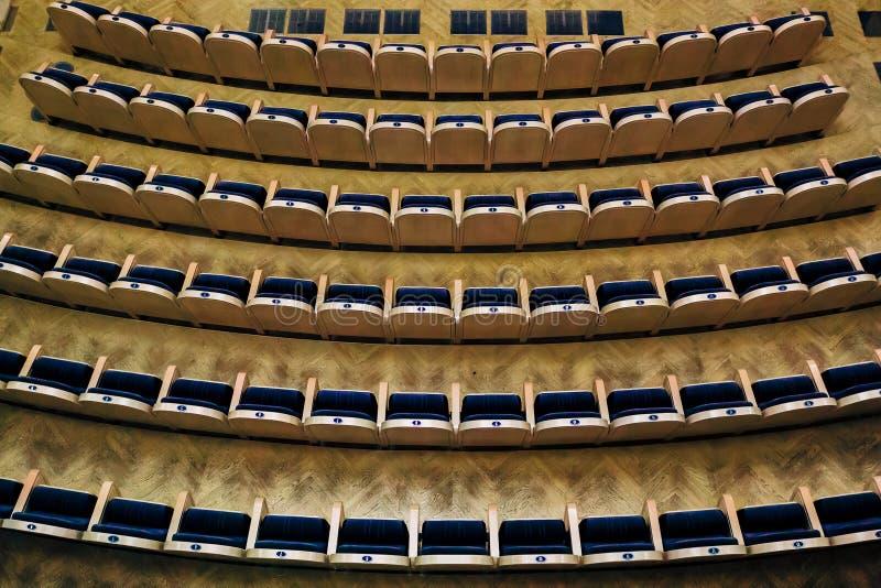 Sala vuota del teatro, cinema, conferenza, assemblea o sala da concerto, vista da sopra fotografie stock
