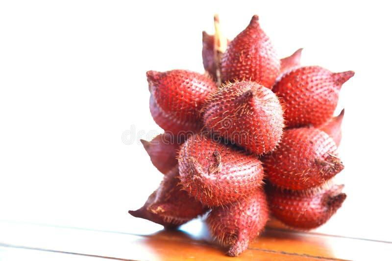 Salacca Salak, frutos do fruto da serpente cresce nos conjuntos, comestíveis com gosto ácido, com a pele escamoso castanho-averme fotos de stock royalty free