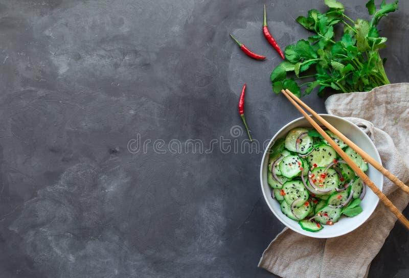 Salada asi?tica do pepino com cebola vermelha, pimenta e s?samo preto imagens de stock