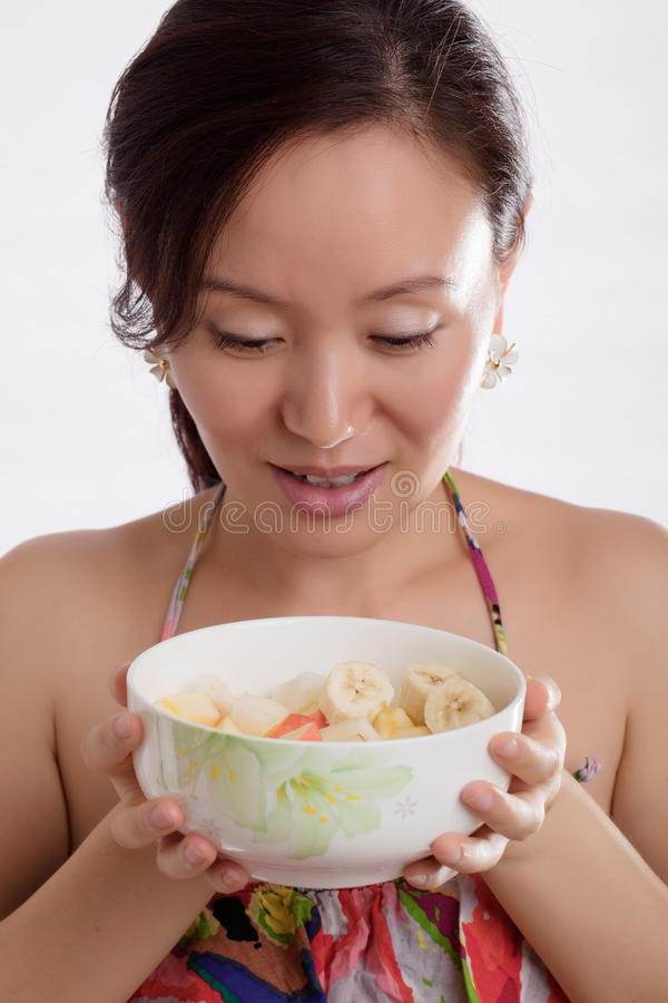Salada bonita da mulher e de fruta imagem de stock royalty free