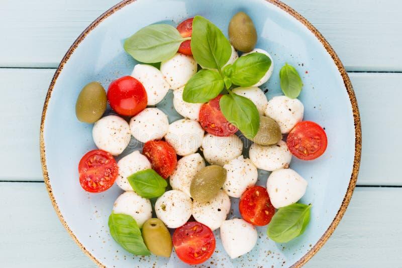 Salada caprese deliciosa com os tomates de cereja maduros e o mini mozza foto de stock royalty free