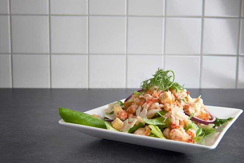 Salada ceasar do camarão delicioso em uma placa imagens de stock
