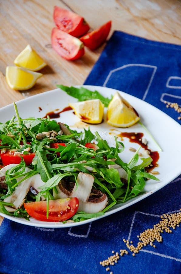 Salada clara fresca com rúcula, cogumelos, tomate no molho do limão-mel Conceito saudável comer Nutrição apropriada fotos de stock royalty free