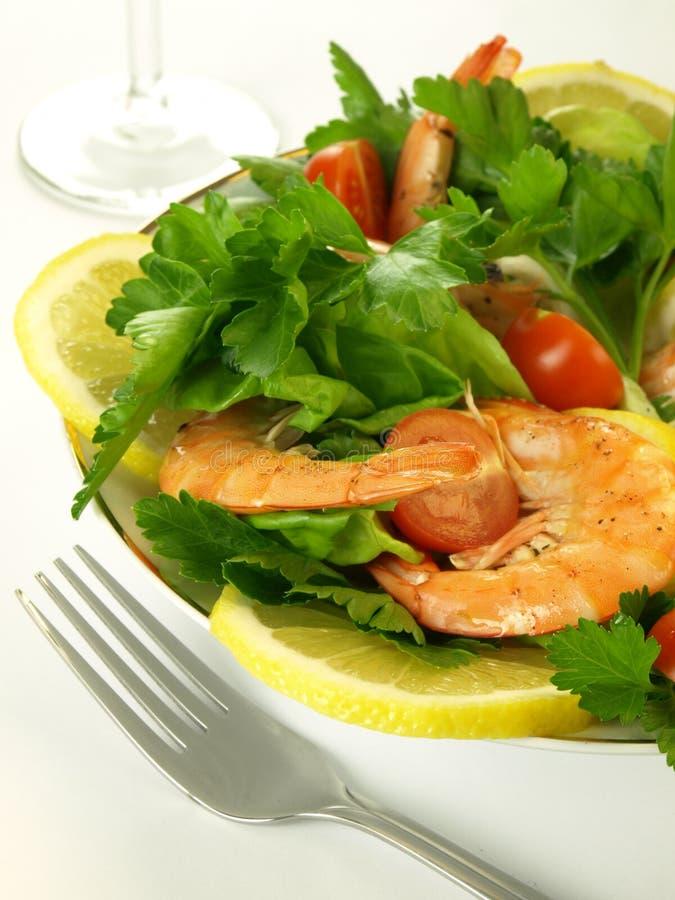 Salada colorida com camarões imagem de stock