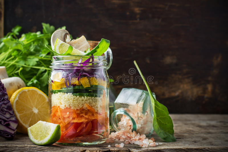 Salada colorida fresca no frasco foto de stock