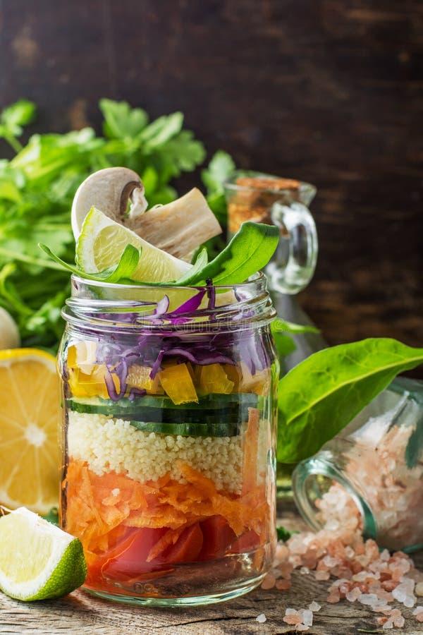 Salada colorida fresca no frasco fotos de stock royalty free