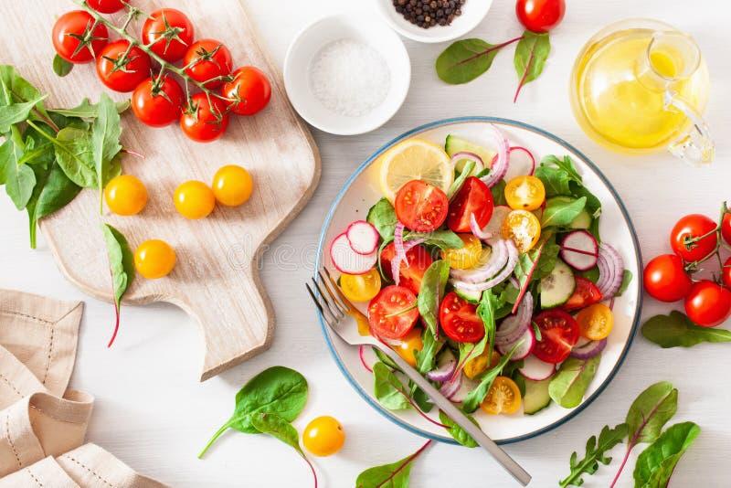 Salada colorida saudável do tomate do vegetariano com pepino, rabanete, cebola foto de stock