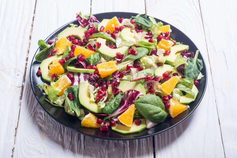 Salada com abacate imagem de stock royalty free