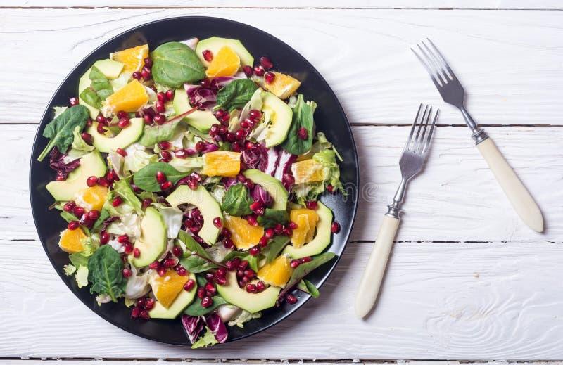Salada com abacate imagens de stock