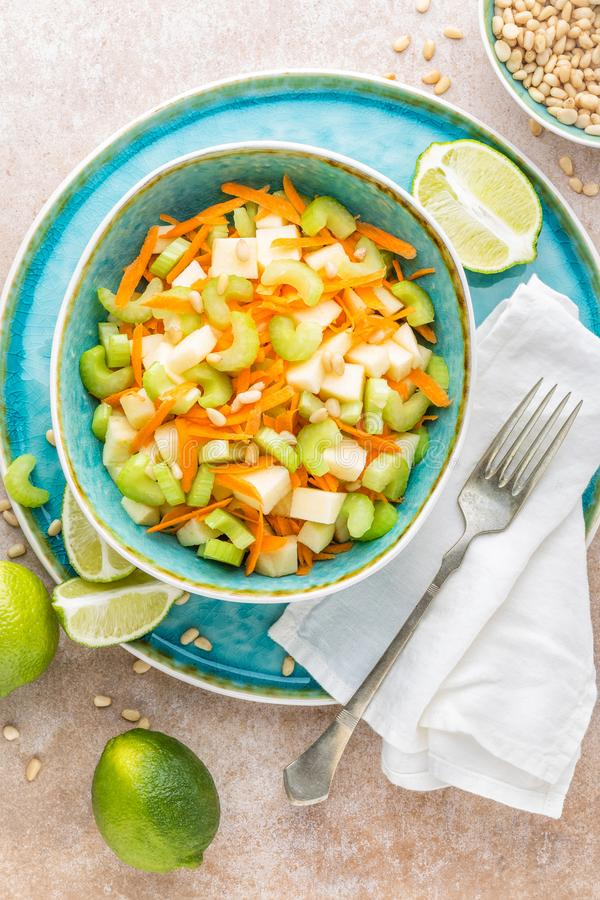 Salada com aipo, a maçã e a cenoura frescos foto de stock